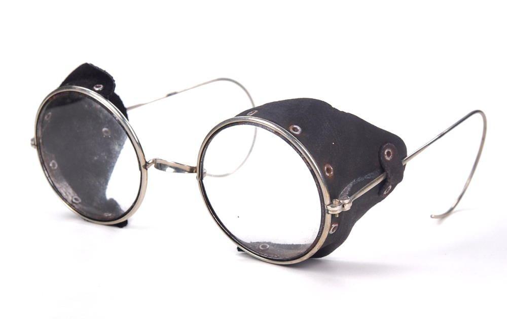 Schutzbrille, Runde Nickelbrille mit weichem Lederseitenschutz und Sportbügel.