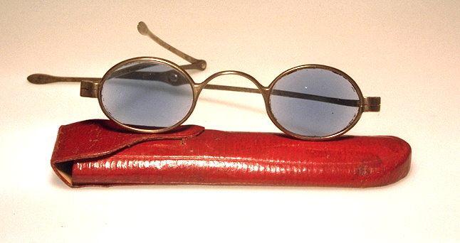 Museale Brille aus Silber hergestellt in England um 1800, aus dem Brillenmuseum Wilke in Hamburg