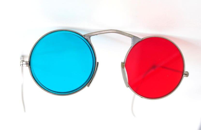 antike runde Stereo Brille mit blaugünem und rotem Brillenglas, die Brille Gespinstbügel 1676