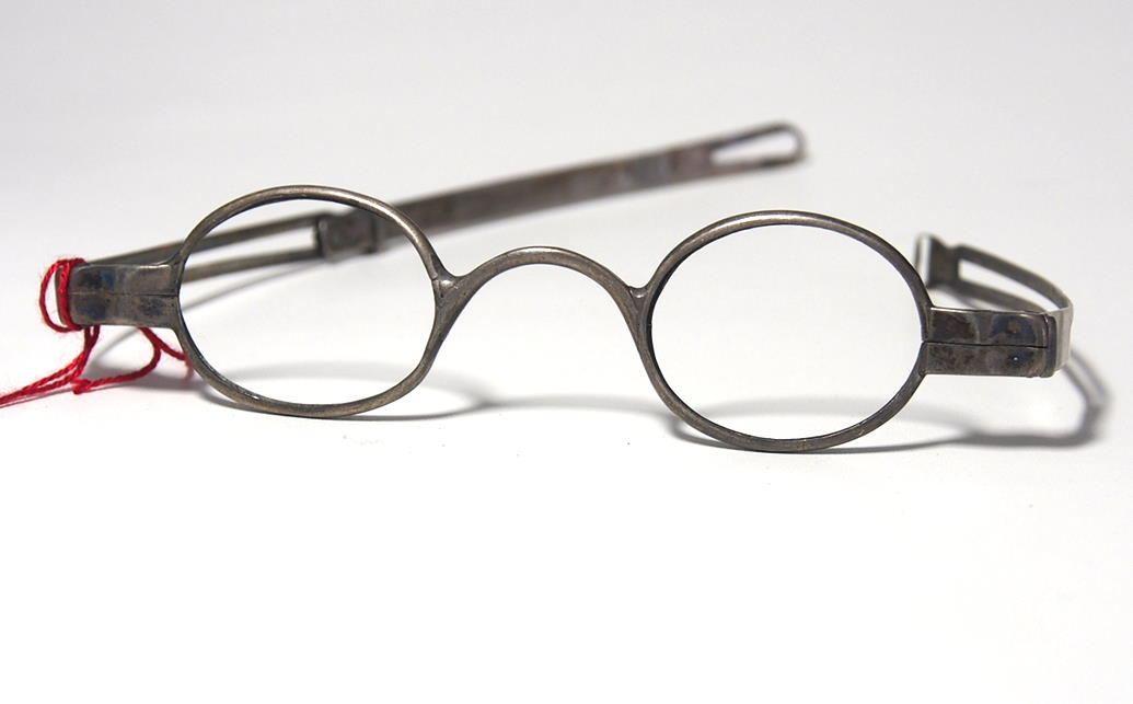 Brille aus dem Brillenmuseum ovale Schläfenbrille 974A