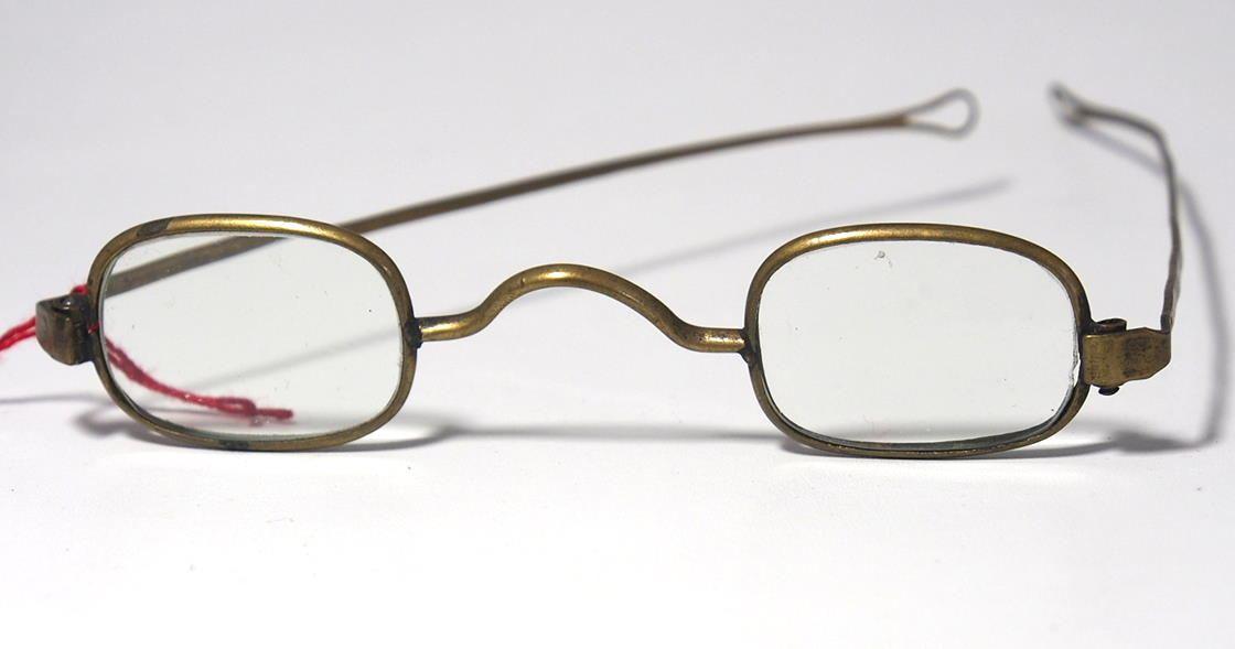 Brille aus dem Brillenmuseum eckige Schläfenbrille 977