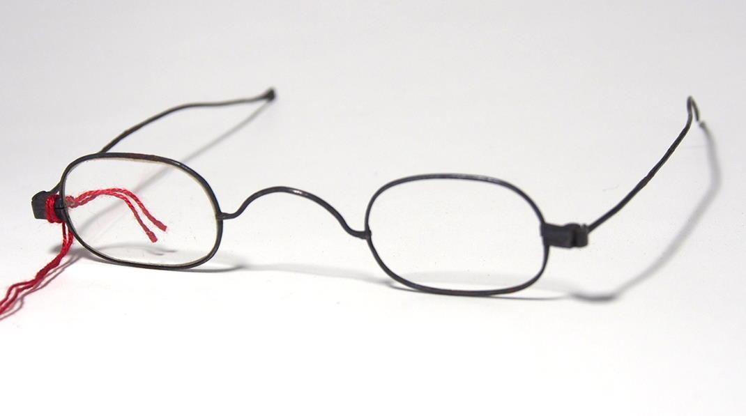Brille aus dem Brillenmuseum filigrane, ovale Brille 980