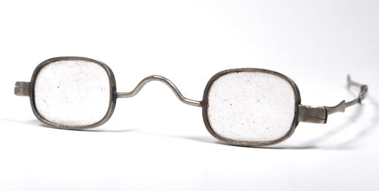 Historische Brille aus Messing mit oktagonaler Brillenglasform aus der Zeit um 1800
