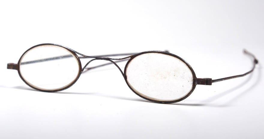 Historische Stahlbrille mit Brezelsteg, Doppelstangenbügeln aus und optischen Bi Gläsern.