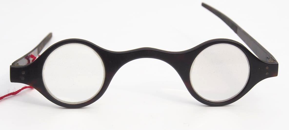 Hornbrille aus dem Brillenmuseum Hamburg aus der Zeit vor 1800
