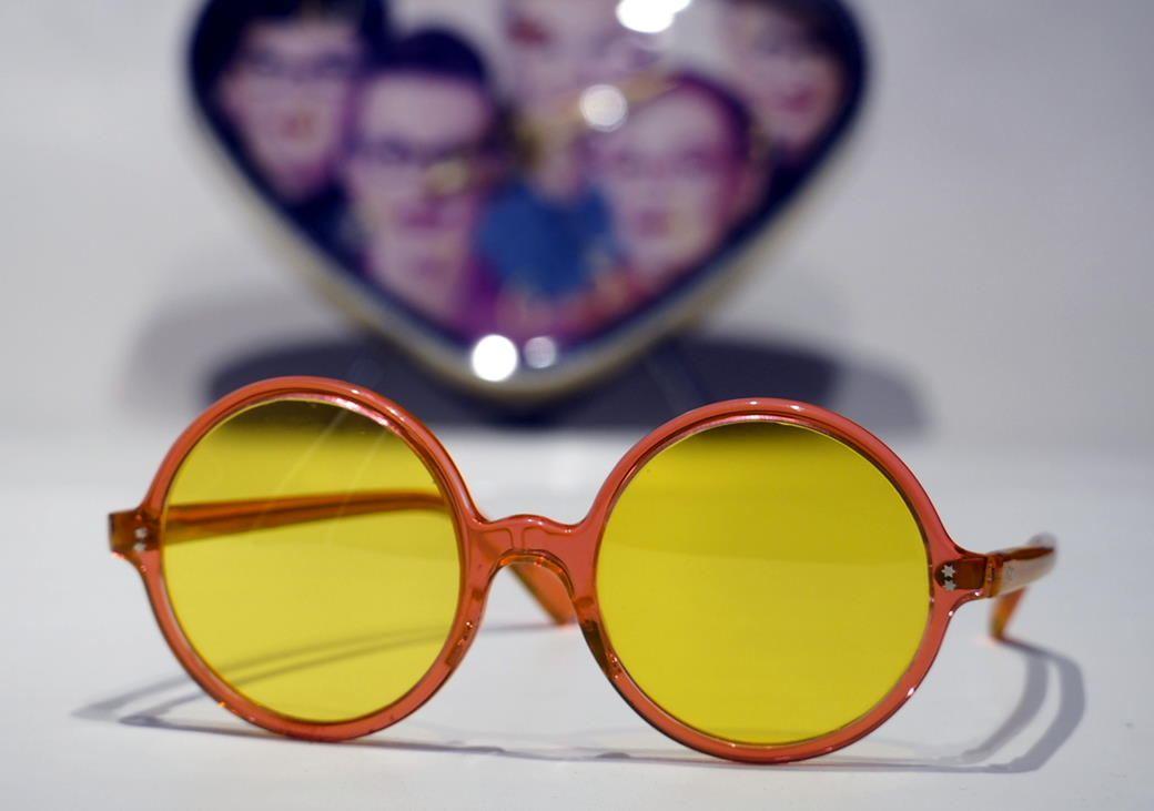 Runde 70er Jahre Sonnenbrille mit gelben Gläsern 226616